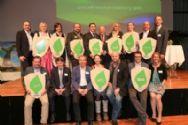 Alle Preisträger und ihre Laudatoren präsentieren stolz das umwelt blatt salzburg_co Neumayr