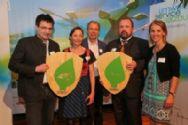 Bgm. Hohenwarter (1. v. l.) und Anton Hirscher (2. v. r.) freuen sich über ihre Auszeichnung im Bereich Mobilität_co Neumayr