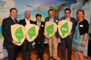 Die Preisträger des umwelt blatt salzburg 2015 im Bereich Energie zeigen voller Freude ihre Auszeichnung_co Neumayr