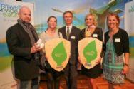 Die Preisträger im Bereich Umwelt zeigen voller Freude ihre Auszeichnung_co Neumayr