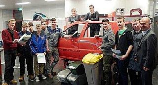 Franz Kendler (li) sensibilisiert gemeinsam mit Direktor Perner (re) die Schüler in seinem Abfallworkshop für Nachhaltigkeit.