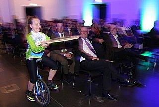 Kinder des Vereins MOTA brachten das umwelt blatt salzburg zu ihren Preisträgern © umwelt service salzburg/Neumayr