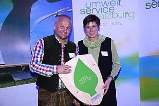 GF Christian Wörister und LH-Stv. Astrid Rössler mit dem umwelt blatt salzburg 2016© umwelt service salzburg/Neumayr