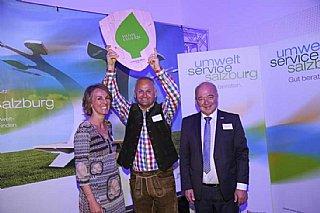 C.Wörister freut sich gemeinsam mit S.Wolfsgruber und K.Steindl über das umwelt blatt salzburg© umwelt service salzburg/Neumayr