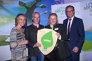 Josef und Renate Langegger halten stolz ihr umwelt blatt Salzburg 2016 in Händen © umwelt service salzburg/Neumayr