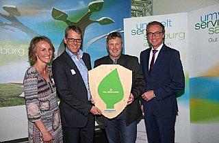Helmut Exenberger (li) und Andreas Gruber freuen sich gemeinsam über das umwelt blatt salzburg 2016 © umwelt service salzburg/Neumayr