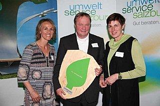 Stolz präsentiert GF Christian Winzer das umwelt blatt salzburg 2016 © umwelt service salzburg/Neumayr