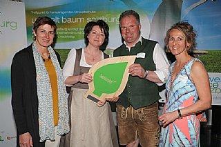 Ganzheitliches Umweltengagement: Gut Sonnberghof (vlnr) LH-Stv. A. Rössler, Familie Riedlsberger, S. Wolfsgruber