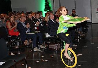 Kinder vom Verein MOTA überbrachten die Auszeichnungen an die stolzen Preisträger