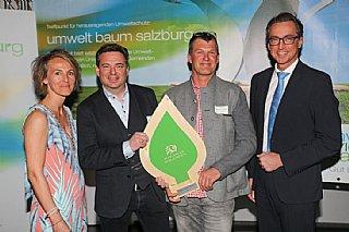 Die Leoganger Bergbahnen GmbH hält stolz ihre Auszeichnung in Händen © uss_neumayr
