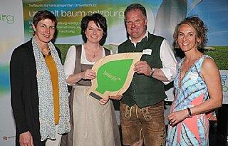 Familie Riedlsberger hält stolz ihre Auszeichnung in Händen © uss_neumayr