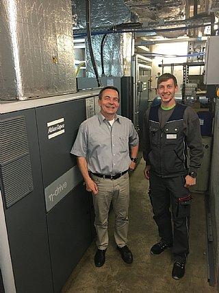 Christian Gerner (li) und Johannes Felber von W&H vor Druckluftkompressor © W&H