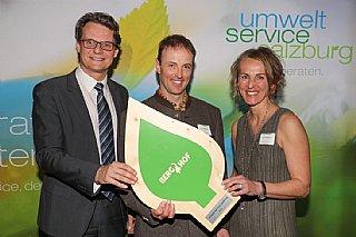 Horst Ebner(li),Vorstand Salzburg AG, überreichte gemeinsam mit Sabine Wolfsgruber die Auszeichnung an Markus Gensbichler © uss_Neumayr