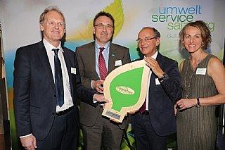 J. Klappacher (ganz li) und C. Weg (li) halten stolz ihre Auszeichnung, die ihnen von P. Genser und S. Wolfsgruber überreicht wurde © uss_Neumayr