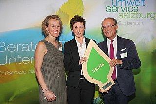 GF Astrid Lamprechter (Mitte) hält stolz das umwelt blatt salzburg, welches ihr von Peter Genser und Sabine Wolfsgruber überreicht wurde © uss_Neumayr