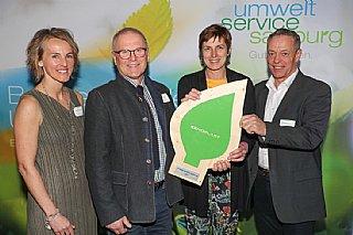 Siegfried Lackner (li) und Ernst Rattensberger freuen sich über ihre Auszeichnung, überreicht von LR Astrid Rössler und Sabine Wolfsgruber © uss_Neumayr