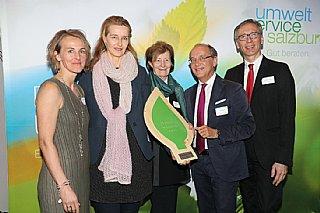 Ernestine Stadler (Mitte) und ihre Mitarbeiterin Christa Haider (2 von li) freuen sich über die Auszeichnung für jahrelanges Umweltschutzengagement © uss_Neumayr