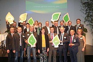 Alle Preisträger freuen sich mit ihren Laudatoren über ihre Auszeichnung mit dem umwelt blatt salzburg 2018 © Neumayr