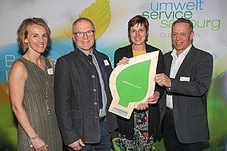 """Siegfried Lackner (li) und Ernst Rattensberger (Senoplast) präsentieren stolz """"ihr"""" umwelt blatt salzburg"""