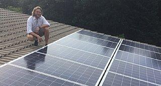 """Kurt Baumgartner mit einer """"seiner"""" Photovoltaik-Anlagen © umwelt service salzburg"""
