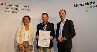 Auszeichnung Gemeinnützige Salzburger Wohnbaugesellschaft m.b.H. © BMNT_Franz Neumayr