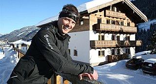 Markus Gensbichler vor seinem erweiterten Landhaus Gensbichler © LMZ