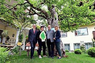 Sabine und Werner Hörl (Mitte) halten stolz ihre Auszeichnung © uss_Neumayr