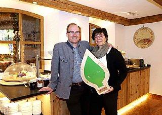 Werner und Sabine Hörl freuen sich über ihr umwelt blatt salzburg 2019 © uss_Neumayr