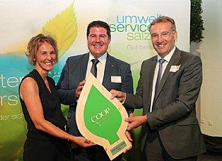 GF S. Wolfsgruber (li) und M. Rosenstatter, Präsident WKS, freuen sich gemeinsam mit Dir. H. Prodinger (Mitte) über die Auszeichnung des WV Tamswegs. © uss_Neumayr