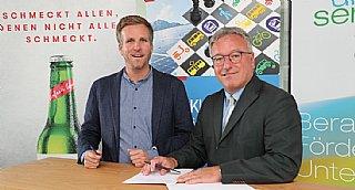 Im Bild bei der Vertragsunterzeichnung LH-Stv. Heinrich Schellhorn mit Josef Sigl jun. © Land Salzburg / Franz Neumayr