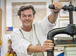 """Christian Fuchs von der Buchbinderei Fuchs verbindet in seiner """"Druckwerkstatt der grafischen Künste"""" Tradition und Innovation. © Thomas Kirchmaier"""