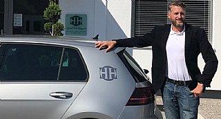Nathanael Hobl, GF der Huber Hausbetreuung GmbH, vor einem der neuen E-Fahrzeuge seiner Flotte. © Huber Hausbetreuung GmbH