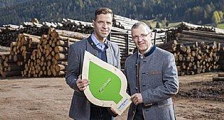 """Rudolf (links) und Josef Graggaber halten den """"Beweis"""" für nachhaltiges Umwelt- und Klimaschutz-Engagement in Händen: das umwelt blatt salzburg 2020 © uss_Neumayr"""