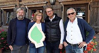Familie Madreiter, das PURADIES in Leogang, freut sich über die Auszeichnung mit dem umwelt blatt salzburg 2020 © Photo Neumayr