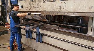 Beim der Blechbearbeitung ist das Abkanten ein wichtiges Verfahren. © Schlosserei Hasenoehrl