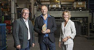"""GF Norbert Kronberger-Weiß freut sich über die Auszeichnung """"umwelt blatt salzburg2021"""", übergeben von LH-Stv. Schellhorn und uss-GF Wolfsgruber. © Neumayr"""