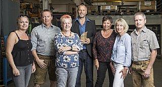 Familie Hasenöhrl und GF Kronberger-Weiß (Mitte) sind stolz auf die Auszeichnung für ihre Schlosserei. © Neumayr