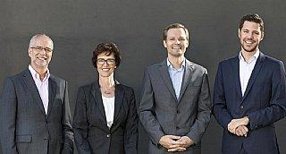 Richard (ganz li) und Angela Auer, Firmengründer, sowie Johannes Hainzl (li) und Johannes Auer, Geschäftsführung Digital Elektronik GmbH © Digital Elektronik