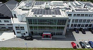 Digital Elektronik GmbH in St. Leonhard mit Photovoltaik-Anlage auf dem Dach © Digital Elektronik